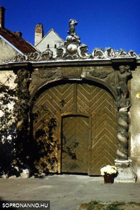A két Mór-ház kapuja