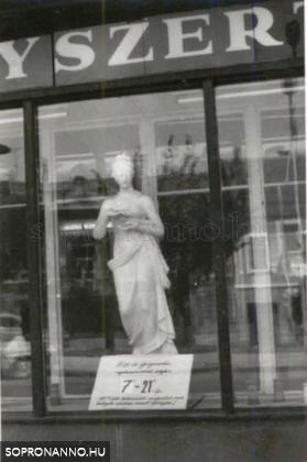 Szobor a kirakatban - az első fotón is látható szobor közelről