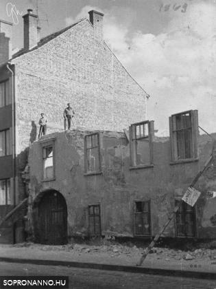 Ház bontása a Móricz Zsigmond utcában
