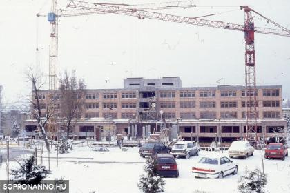A kórház új főépületének építése az 1990-es évek elején