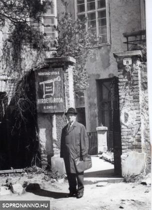 Dr.Friedrich Károly a Mahir kirendeltsége előtt