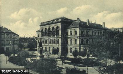A Széchenyi tér a kaszinó épületével