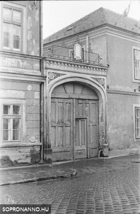 A Magyar utca 17-19. kapuja 1970-ben