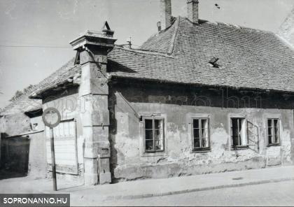A Magyar utca 24-es számú ház az 1950-es években