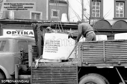 A második szovjet emlékmű elbontása
