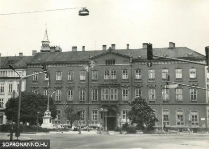 A Mátyás király utca és a Széchenyi tér kereszteződése