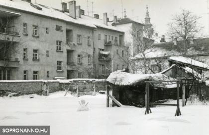 A Mátyás király utca házai az udvar felől