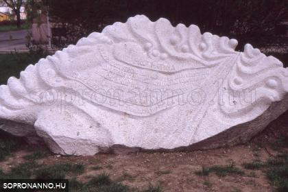 A Pro Patria emlékmű a szobor mellett
