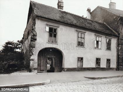 A Móricz Zsigmond utca 12. számú ház az 1950-es években