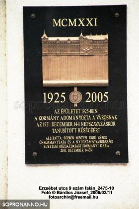 Emléktábla az épület falán