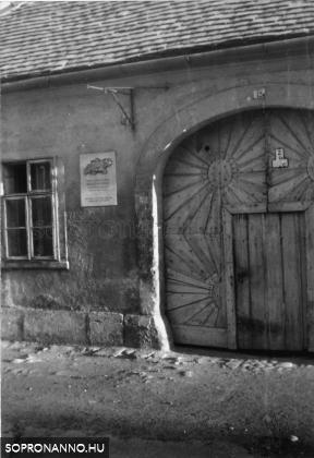 Berzsenyi Dániel emléktáblája a kapu egy részletével