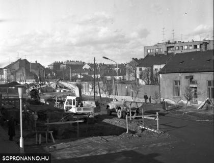 A régi állomásépület bontása
