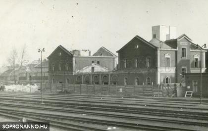 A régi állomásépület felrobbantása