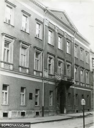 A Színház u. 33.