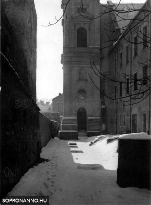 A Szent György - templom várfal felőli oldala