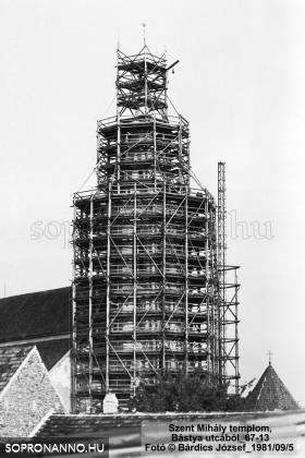 A Szent Mihály - templom felállványozott tornya a Bástya utca felől