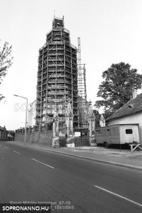 A Szent Mihály - templom felállványozott tornya