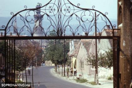 A Szent Mihály utca a templom felől