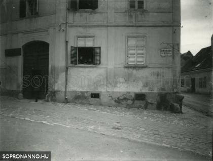 A Szent Mihály utca és a Halász utca találkozása egykor