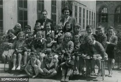 Az Orsolya téri iskola elsősei 1955-ben