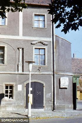 A Szinay-ház a címerrel