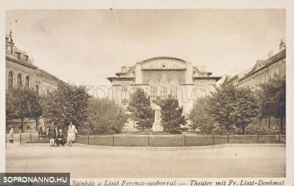 A színház és a Liszt Ferenc-szobor