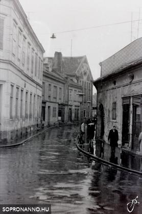 A Színház utca esőben