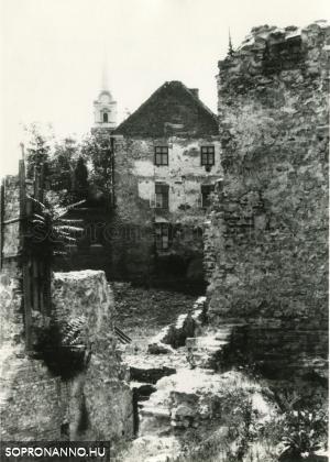 A Tálos - ház az Előkapu felől