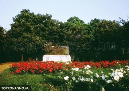 A Tűzér emlékmű a Deák téren
