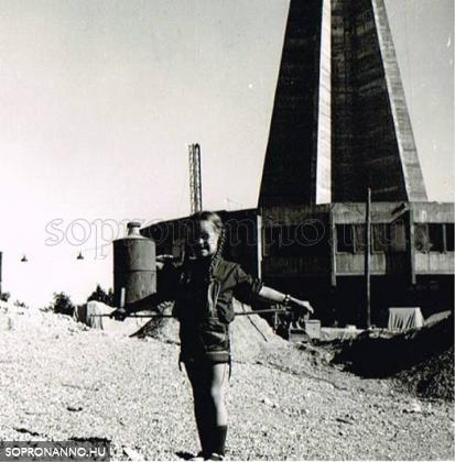 Kislány az épülő torony előtt