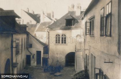 A Várkerület 31. számú ház udvara a kapualj feletti ablakból