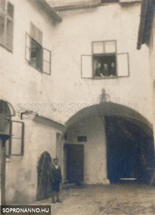 A Várkerület 31. számú ház udvara a kapualj felé nézve