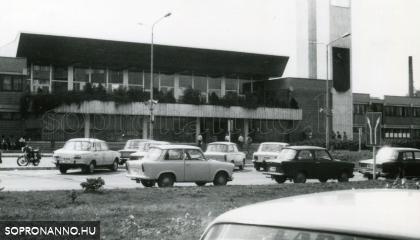 A vasútállomás épülete a parkolóval