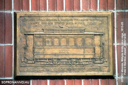 Emléktábla a vasútállomás homlokzatán