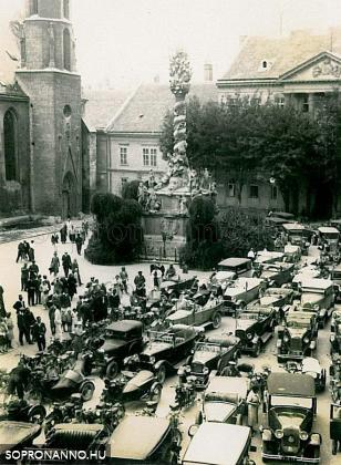 Automobilok a Fő téren
