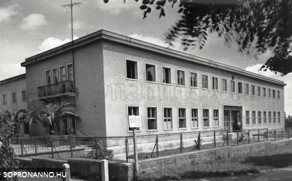 A textilgyárak kultúrháza átadás után