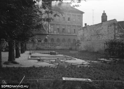 Az óvoda kertje, háttérben a Szög utca