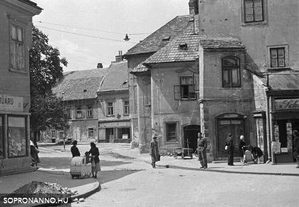 Az Előkapu 1955-ben
