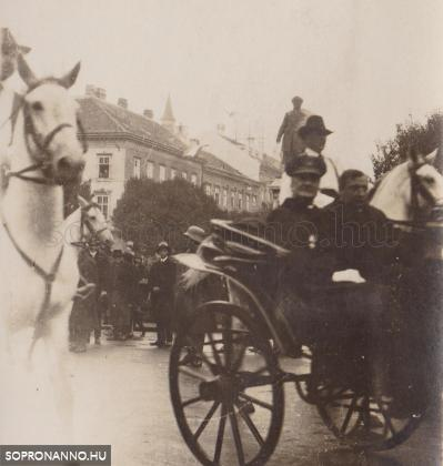 Horthy Miklós herceg Esterházy Pál fogatában a Széchenyi téren