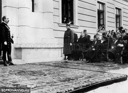 A meghívott vendégek az épület előtti díszhelyen
