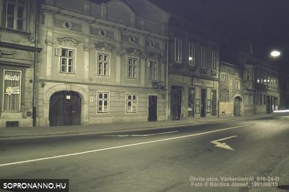 Az Ötvös utca éjjel