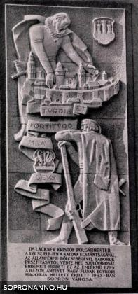 Lackner Kristóf tiszteletére emelt emléktábla az épület homlokzatán