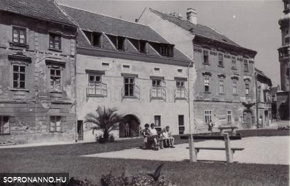 Családi fotó a Vasalóház helyén