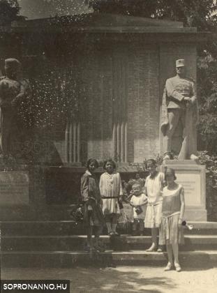 Családi fotó a Limanowa emlékműnél