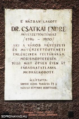 Dr. Csatkai Endre emléktáblája a ház homlokzatán