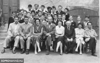 A soproni Petőfi téri Állami Általános Fiúiskola VIII. A osztálya és tanáraik