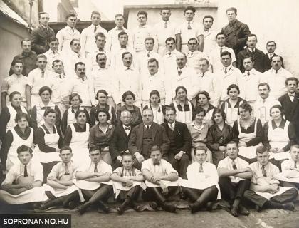 A Schneeberger húsgyár dolgozói és vezetősége, köztük Schneeberger Adolf