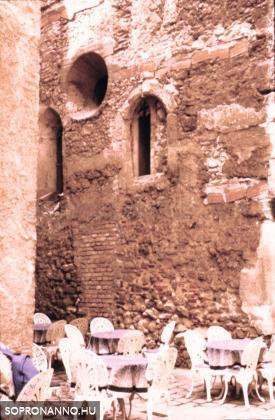Fagyizó az egykori imaház mellett