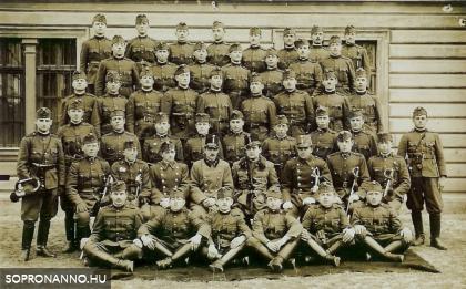 Katonák a Tüzéraktanyában