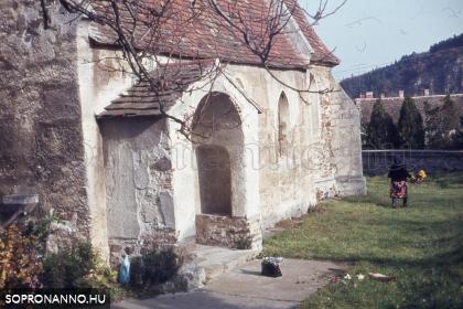 Életkép a Mária Magdolna-templom kertjében